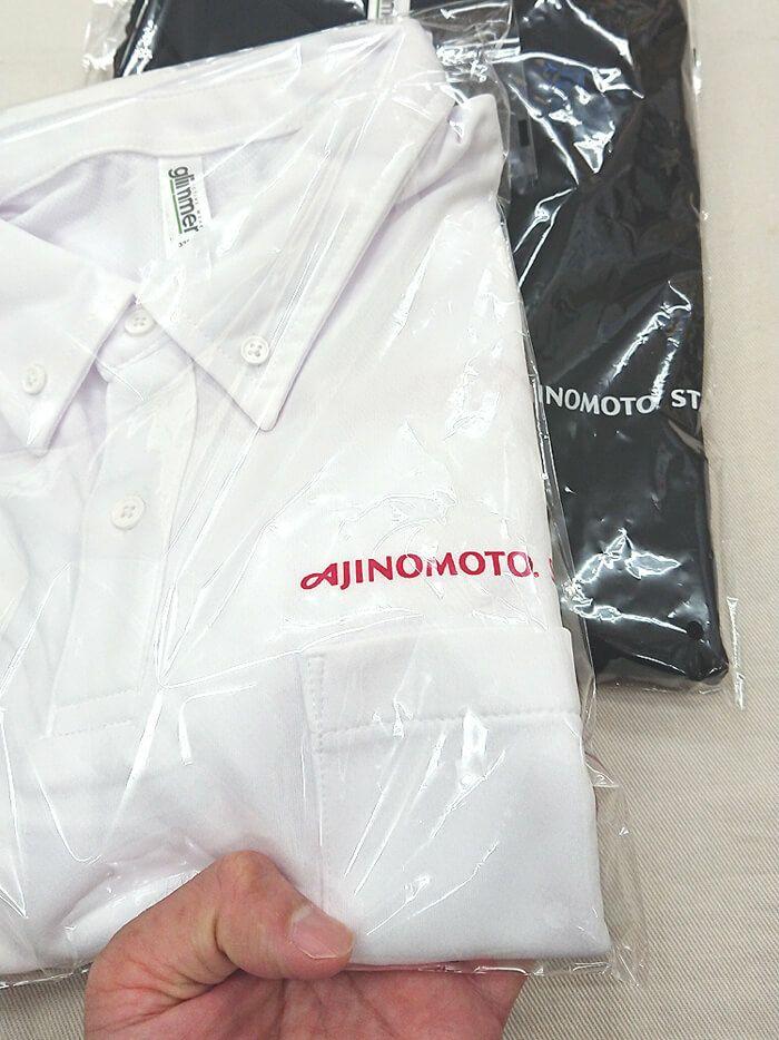 実際のお客様のプリント入りポロシャツの完成のお写真です。<br>白ポロシャツに赤プリントが会社のテーマカラーそのままなので、すごくかっこいいですね♪(^O^)<br>という事で発送する前に撮影させていただきました。