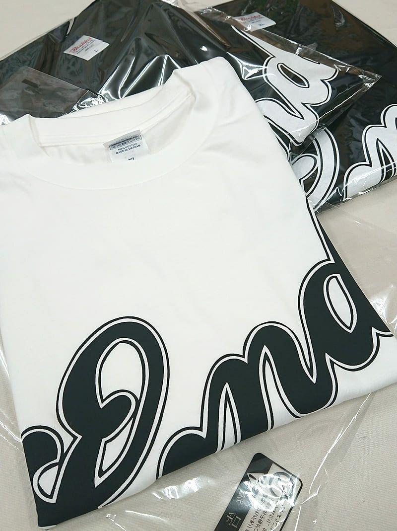 追加の時に、このように黒Tシャツ以外に白Tシャツにもロゴプリントを入れて納品いたしました。<br>色違いTシャツもこれまた可愛い仕上がり具合ですね♪