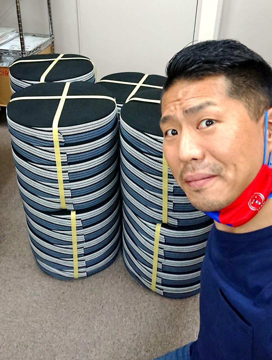 酒屋前掛けの紐が大量に入荷したので私店長細見と水色の前掛けの紐とで記念撮影です。<br>今後も在庫を切らさないように頑張って紐工場に発注し続けます!<br>手作り職人さん達に本当に感謝でございます♪