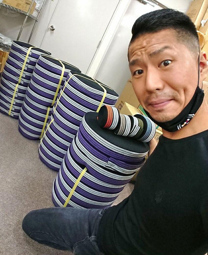 紫色を初めて生産した時に紐(ひも)達と一緒に記念撮影です!<br>まずは3800mが出来上がってまいりました。<br>こんな感じで大量生産してご用意いたしております。