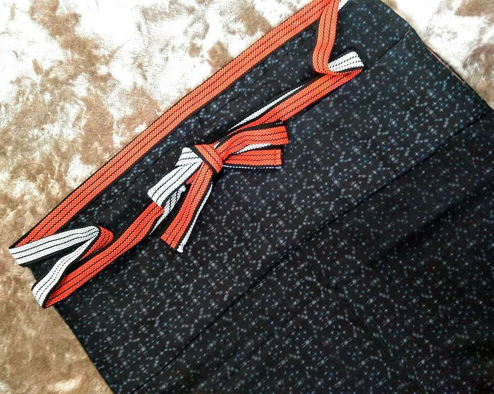 お母様の着物をリメイクして前掛けを作られました。<br>和の雰囲気を感じるリメイク前掛けがすごく素敵ですね♪<br>前掛けの紐はこういった和柄にもバッチリ似合うという事が分かり、大変勉強になりました。<br>お写真送ってくださり本当にありがとうございます。(静岡県浜松市のお客様)