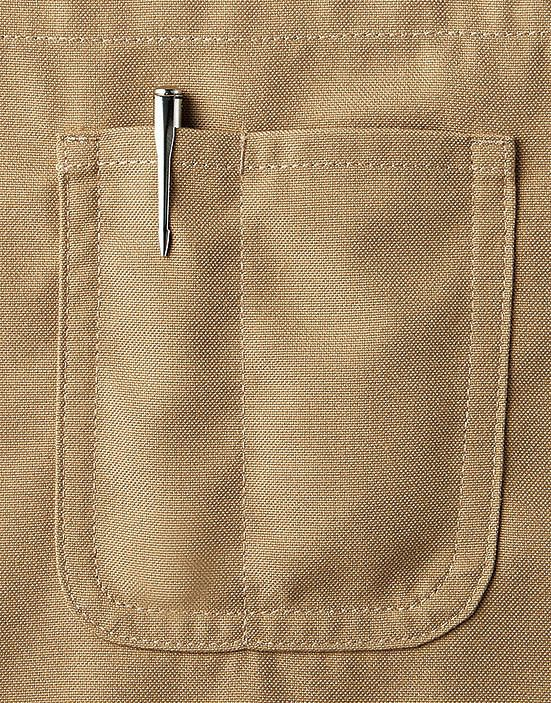ペンや小物が入る便利な胸元のポケット