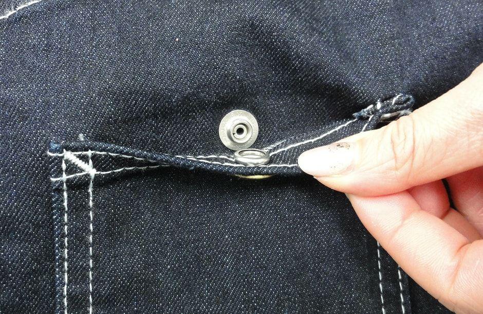小さいポケットにはスナップボタン付きで中身が落ちにくい!