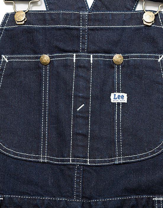 機能的で便利な大きめ胸ポケット