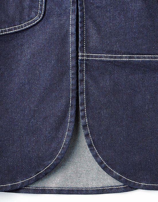 両脇の裾スリットは足の動きを邪魔せずスムーズな動作が可能です。