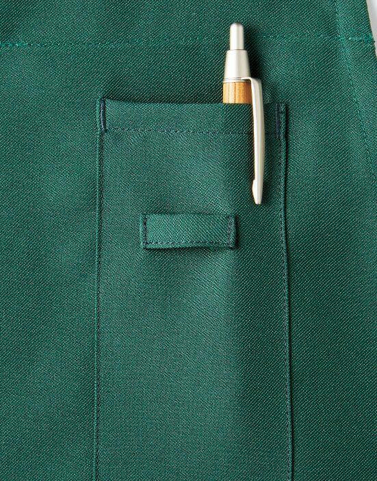 左胸にはペン挿しポケットとネームプレート用のループ付き
