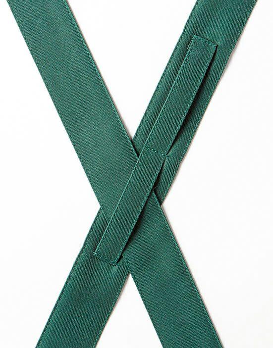 背中の紐はクロスタイプでループを通すので、紐がずれるのを防止します。