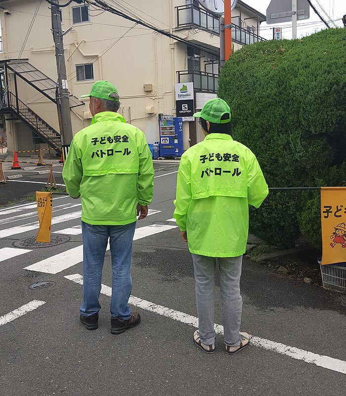 大阪府の私市小学校様の地域の防犯用ジャンパーとして採用いただいている写真です。