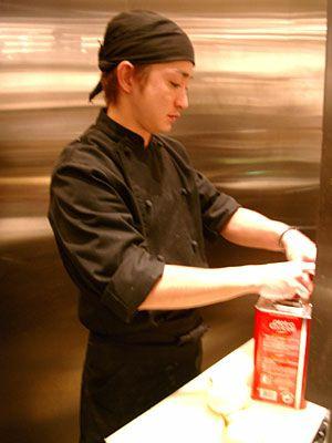 ユニフォーム着用事例:ピラニアカフェ様の着用写真