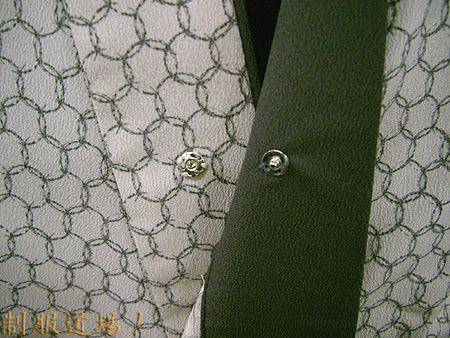前衿の内側にボタン付き ※胸元が『ハラリ』とイヤらしくハダケルのを防止しさらに着崩れを防止します♪