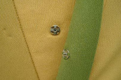 衿の前部分にはこんなボタンが付いてるんです! 胸元がハラリとはだけても、このボタンで大丈夫なのです♪