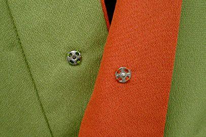 衿の前部分にはこんなボタンが付いてるんです! 前かがみになった時、胸元がチラリズム系になってもこのボタンで胸チラ防止大作戦♪