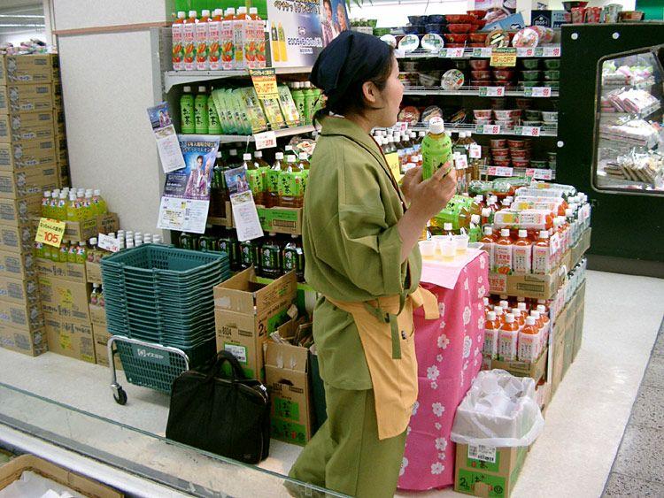 ユニフォーム着用事例:『おーいお茶』の伊藤園さんに作務衣(さむえ)を200着 購入いただきました~! これは、全国の試飲キャンペーンの時に各店舗で着用いただきましたのです@ \( ̄▽ ̄)/