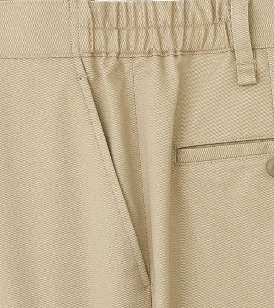 両脇にはハンカチなどの小物の出し入れなどに便利な斜めポケットを配置。