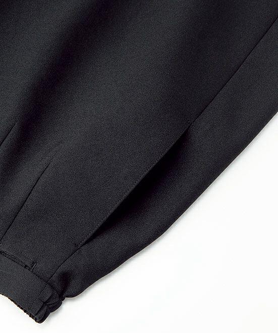 サイドには小物を収納できるポケット付きなので、ハンカチなど入れるのには助かりますね。