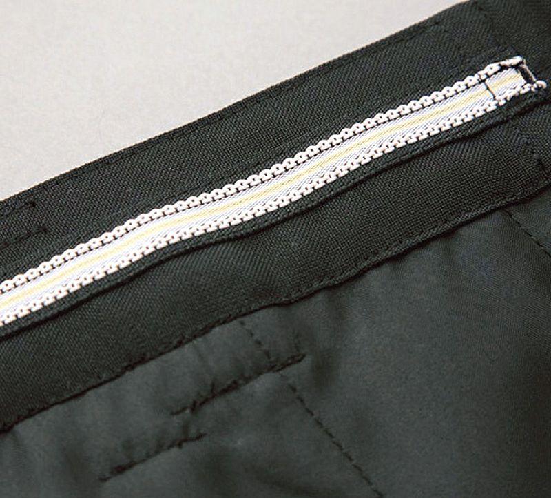 シリコンテープが装着されており、シャツのズリ上がりを防止します。