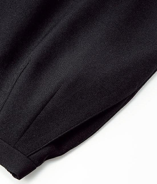 手がスッポリ入って小物の出し入れがしやすい広めの斜めポケットです。