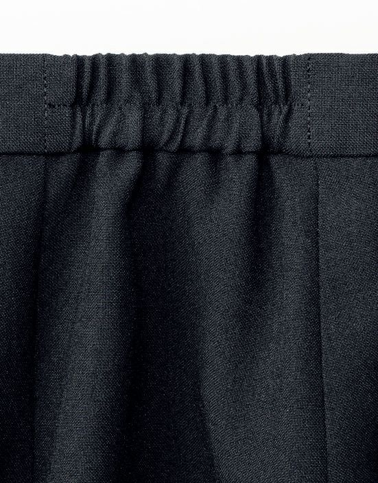 ウエスト両脇は脇ゴム仕様になっていますので、ゆったり着用可能です。