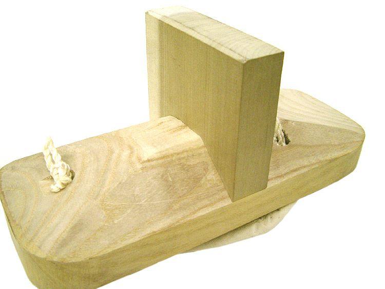 ソール部分のアップ画像 /  この一本歯の部分には、朴(ほう)という刃物等に強い木を採用してます!  ↑この朴は、まな板・刀のサヤ、ナイフのサヤに、よく使用される事が多い素材なのです♪