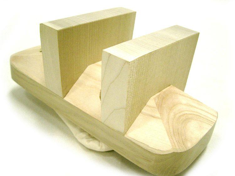 ソール部分!  /  このソールの歯の部分には、朴(ほう)という耐久性がある素材を使っています!  ↑この朴(ほう)という木は、 【まな板・刀のサヤ】 なんかに使用されている木なのです