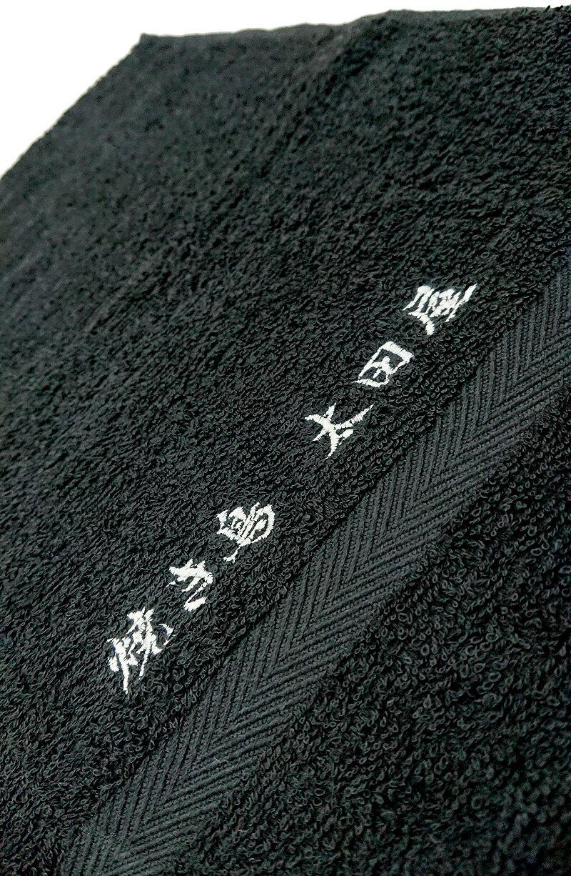 ネーム刺繍部分のアップ写真も撮影。<br>ネーム刺繍なら安く簡単にオリジナルの名入れタオルを作る事ができます!