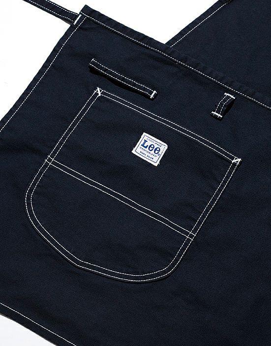 伝票が入る大きめサイズのポケットが左右に付いてます。右ポケットにはLeeのタグ付き!