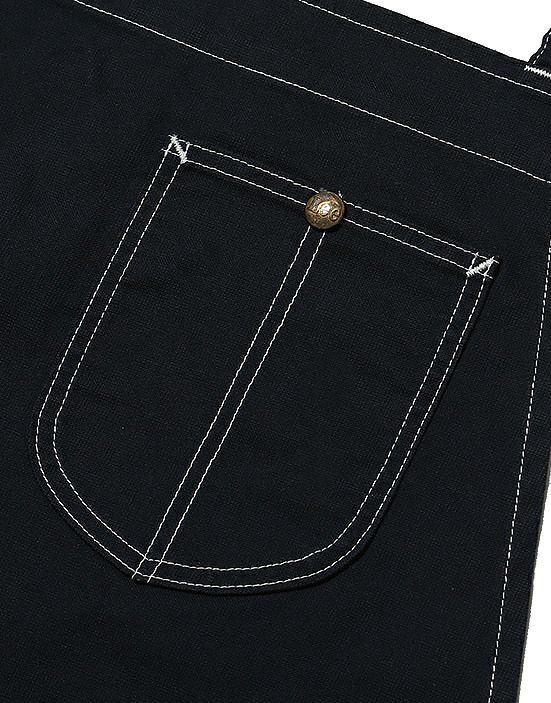 ペンや小物が入る便利な胸元ポケットにはLeeのアンティーク調ボタン付き。