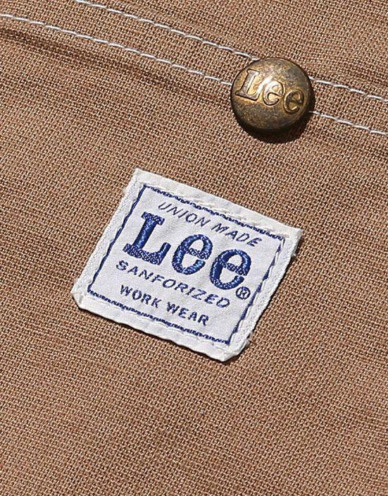 アクセントになるLeeのロゴ入りポケット