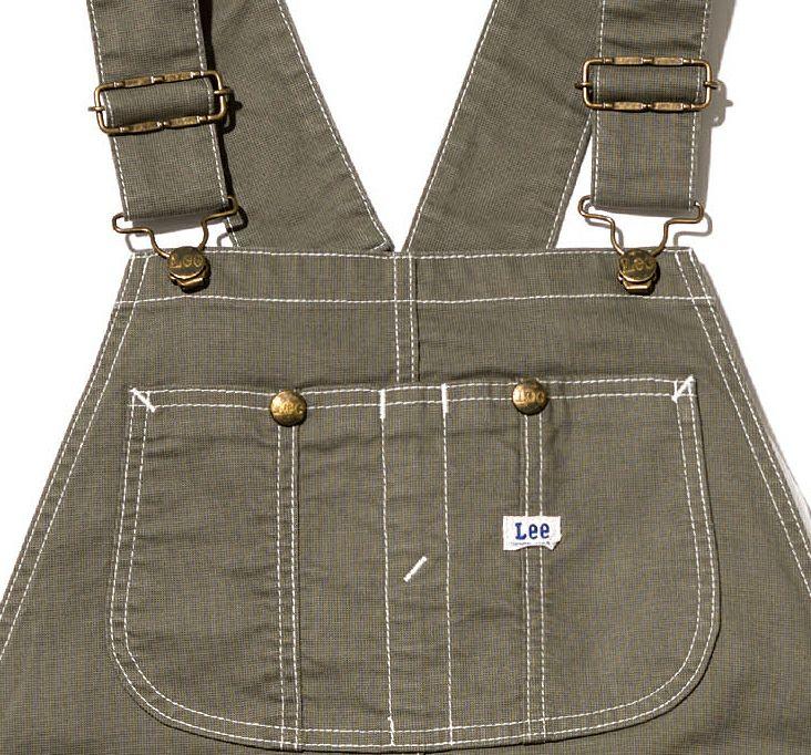 サイズ調整が出来る肩ストラップと中央に仕切りのある大きめ胸ポケット