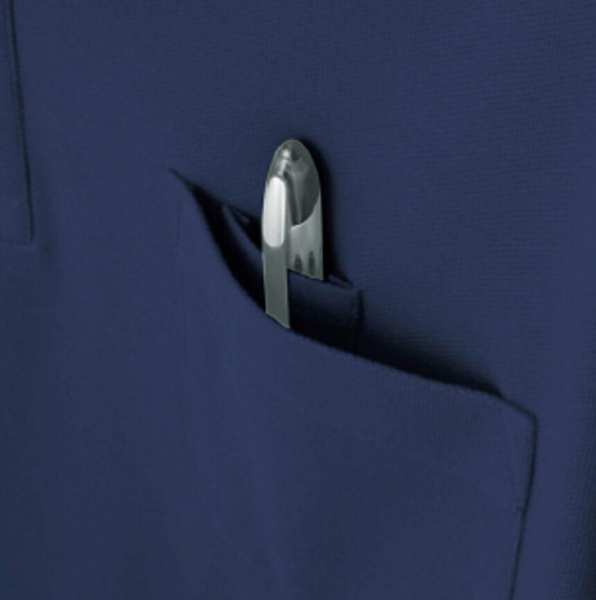 左胸ポケットの内側にペン差し付き