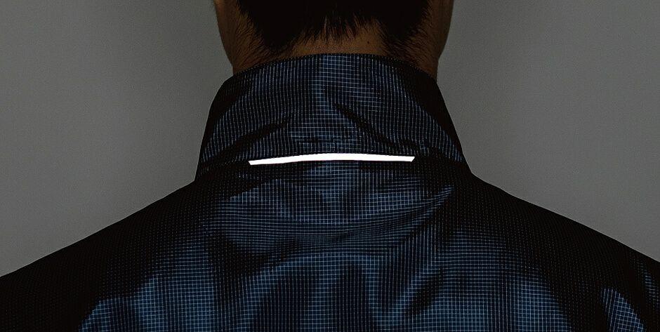 首の後ろ部分に反射材付き