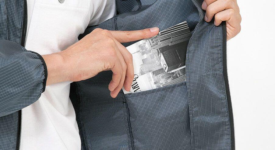 両脇の内側にポケット付きで収納スペースを確保!