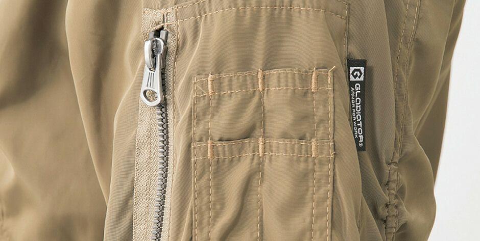 左袖のマルチポケット部分