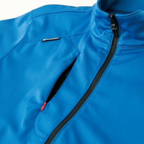 胸部分のタテ向きのファスナーポケット
