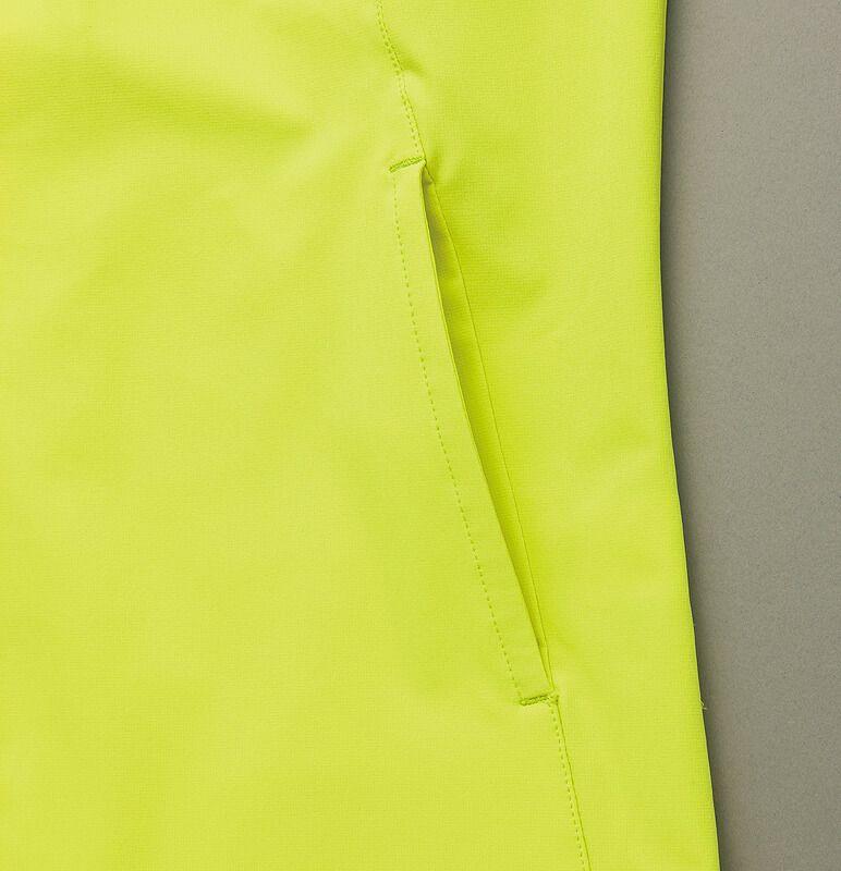 サイド部分のポケットは出し入れしやすい構造