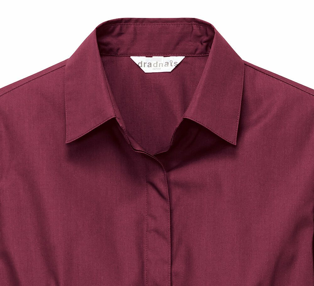 すっきりした開襟衿とボタンを隠す比翼仕立て