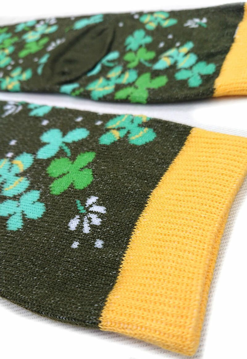 四葉のクローバー柄です。黄色とグリーン系の絶妙なカラーリングが素敵です。