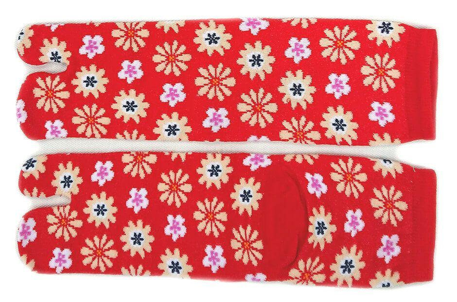 赤色の花柄足袋を撮影です。女性らしさが伝わる可愛さ♪
