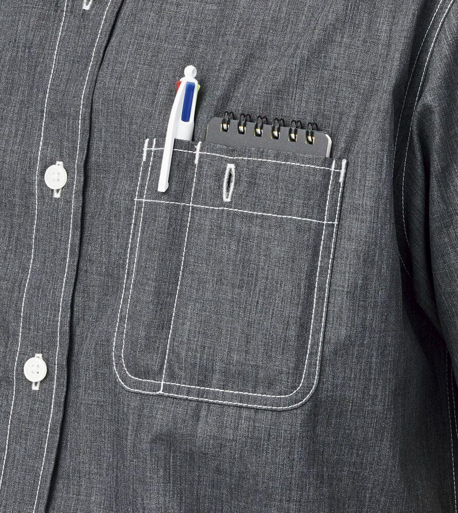 左胸にはペン差しポケット付き