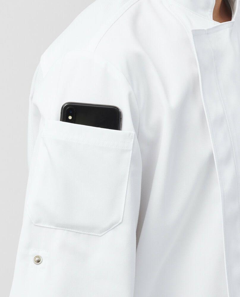 スマートフォンも入る右袖ポケット